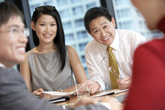 Affärsfolk som har diskussion i styrelse Arkivfoton