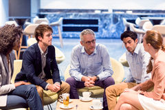 Affärsfolk som har en diskussion i kafeteria royaltyfri fotografi