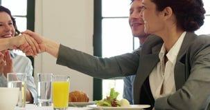 Affärsfolk som har en handskakning lager videofilmer