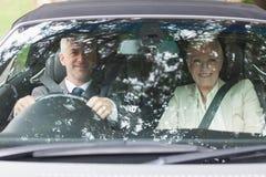 Affärsfolk som har en ritt i flott bil royaltyfria foton