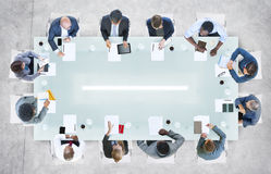 Affärsfolk som har ett möte i kontoret arkivbild