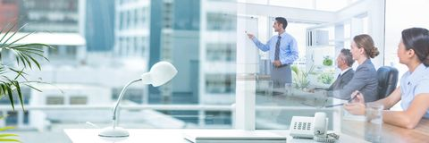 Affärsfolk som har ett möte med kontorsövergångseffekt royaltyfria bilder