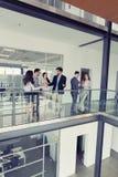 Affärsfolk som har konversation på kontorsbyggnad royaltyfri fotografi