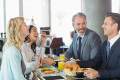 Affärsfolk som har mål i restaurang Royaltyfria Bilder