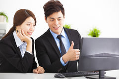 Affärsfolk som har möte och ser computen Arkivbild
