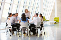Affärsfolk som har styrelsemötet i modernt kontor Arkivfoton