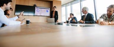 Affärsfolk som har styrelsemötet i modernt kontor royaltyfria foton