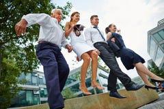 Affärsfolk som hoppar över hinder Arkivfoton