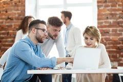 Affärsfolk som i regeringsställning möter bra teamwork För mötearbetsplats för teamwork lyckat begrepp för strategi royaltyfria foton