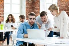 Affärsfolk som i regeringsställning möter bra teamwork För mötearbetsplats för teamwork lyckat begrepp för strategi arkivfoto