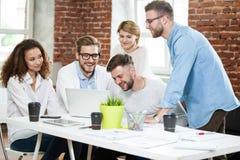Affärsfolk som i regeringsställning möter bra teamwork För mötearbetsplats för teamwork lyckat begrepp för strategi fotografering för bildbyråer