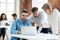 Affärsfolk som i regeringsställning möter bra teamwork För mötearbetsplats för teamwork lyckat begrepp för strategi royaltyfri fotografi