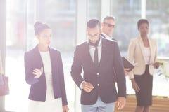 Affärsfolk som i regeringsställning påverkar varandra med varje andra lobby royaltyfri foto