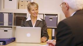 Affärsfolk som i regeringsställning talar stock video