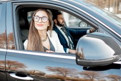 Affärsfolk som kör en bil arkivfoton