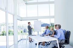 Affärsfolk som lyssnar under möte arkivfoton