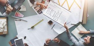 Affärsfolk som möter begrepp för arkitekturritningdesign arkivbild
