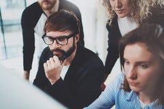 Affärsfolk som möter begrepp Ny konversation för danande för projektlagchef på mötesrum med partners på kontoret royaltyfri foto