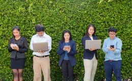 Affärsfolk som möter den företags Digital apparaten Royaltyfri Fotografi