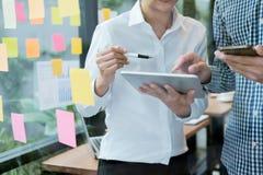 Affärsfolk som möter designidébegrepp Bästa sikt av två affärsmän som dicussing något medan ett av dem som pekar graferna på papp Arkivbild