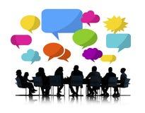 Affärsfolk som möter färgrika anförandebubblor stock illustrationer