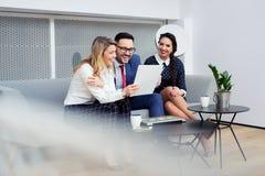 Affärsfolk som möter för att dela idéerna och för att utbyta erfarenhet arkivfoton