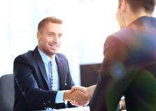 Affärsfolk som möter i ett modernt kontor Arkivfoton