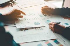 Affärsfolk som möter lapto för begrepp för planläggningsstrategianalys arkivfoton