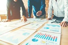 Affärsfolk som möter lapto för begrepp för planläggningsstrategianalys royaltyfri bild