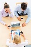 Affärsfolk som möter på tabellen arkivbild