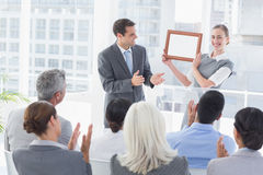 Affärsfolk som mottar utmärkelsen royaltyfria foton