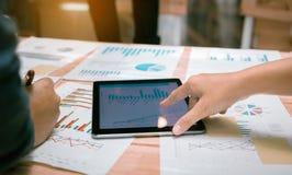 Affärsfolk som pekar diagrammet på den digitala minnestavlaskärmen fotografering för bildbyråer
