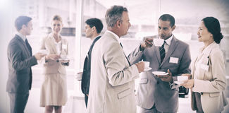 Affärsfolk som pratar och dricker kaffe på en konferens Royaltyfri Foto