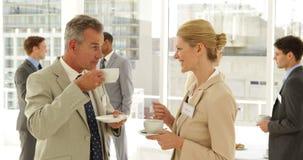 Affärsfolk som pratar på en konferens stock video