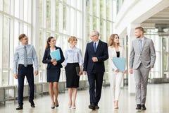 Affärsfolk som promenerar kontorsbyggnad arkivbild