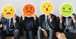 Affärsfolk som sitter samman med emojis royaltyfri fotografi
