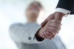 Affärsfolk som skakar händer som isoleras på vit bakgrund Arkivfoto