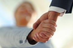 Affärsfolk som skakar händer som isoleras på vit bakgrund Arkivfoton