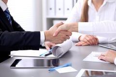 Affärsfolk som skakar händer på mötet Clouse upp av handskakningen Arkivbild