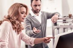 Affärsfolk som skapar affärsstrategi för deras firma royaltyfria foton