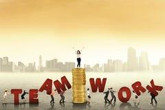 Affärsfolk som skapar ord av teamwork Royaltyfri Bild