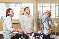 Affärsfolk som spelar med pappers- bollar Arkivbild