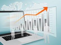 Affärsfolk som in står på bärbara datorer och graf Fotografering för Bildbyråer