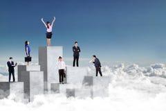 Affärsfolk som står på betongväggen Arkivbild