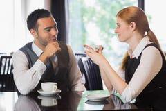 Affärsfolk som talar över kaffe royaltyfri bild
