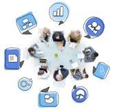 Affärsfolk som talar i ett möte med symboler Fotografering för Bildbyråer