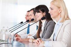 Affärsfolk som talar i mikrofon Arkivfoton