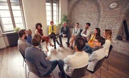Affärsfolk som talar på gruppmötet royaltyfria bilder