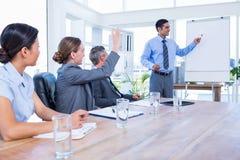 Affärsfolk som talar under ett möte arkivfoto