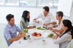 Affärsfolk som tillsammans äter lunch arkivfoto